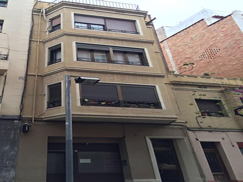 Edificio junto a Avenida Paralelo.
