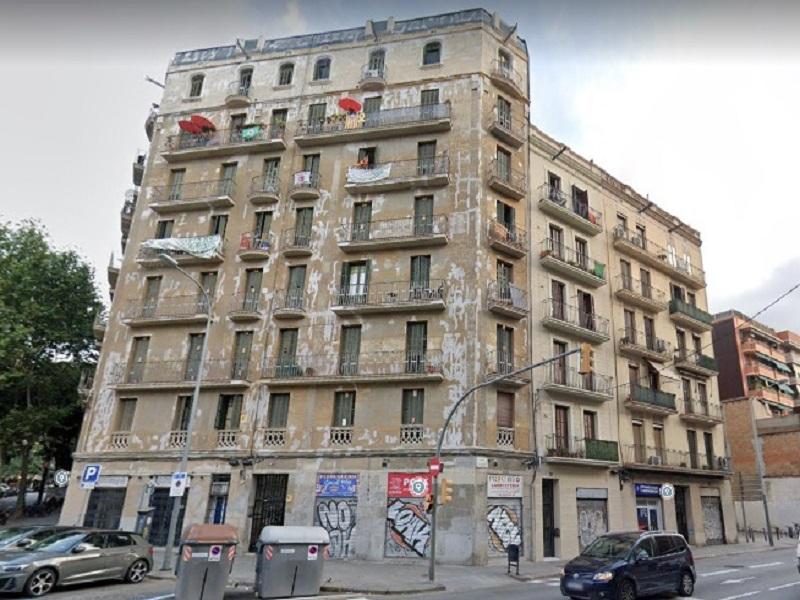 Bonito departamento reformado en una importante calle de Barcelona.
