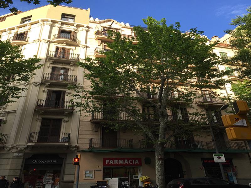 Luminoso departamento cerca de la Av. Mistral y el Mercado de Sant Antoni.