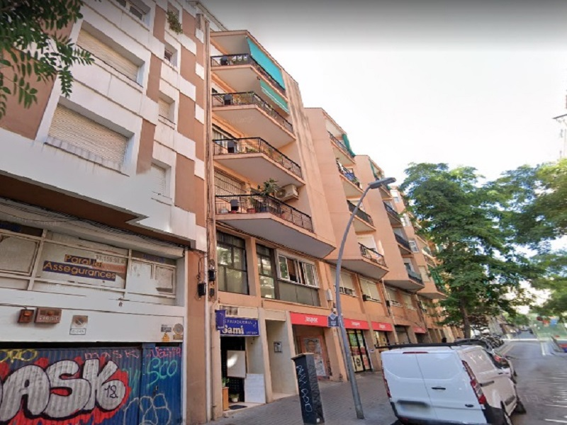 Partially restored flat of 70 m2 in Sants-Montjuic, Poble Sec